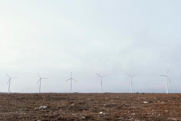 Vista frontal das turbinas eólicas no campo gerando energia