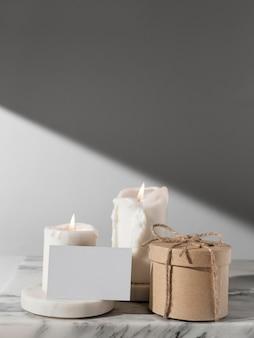 Vista frontal das velas do dia da epifania e caixa de presente com espaço de cópia