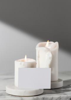 Vista frontal das velas do dia da epifania e cartão em branco