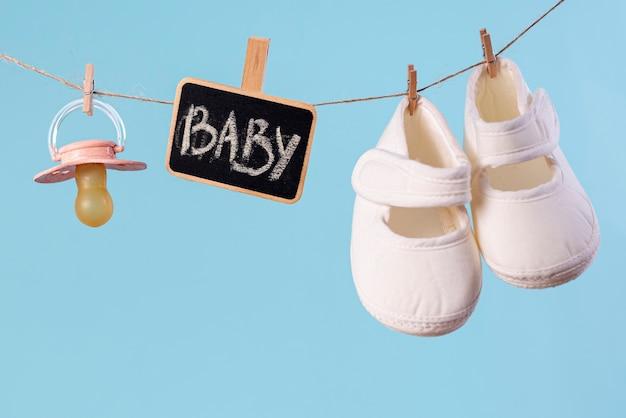 Vista frontal de acessórios de bebê fofinho