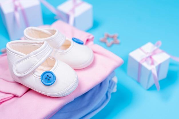 Vista frontal de acessórios de menina bebê fofo