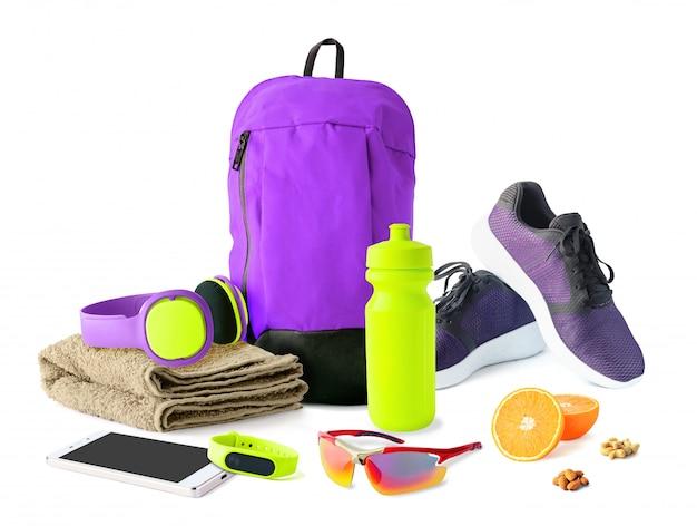 Vista frontal de acessórios esportivos e sapatos para fitness e treinamento.