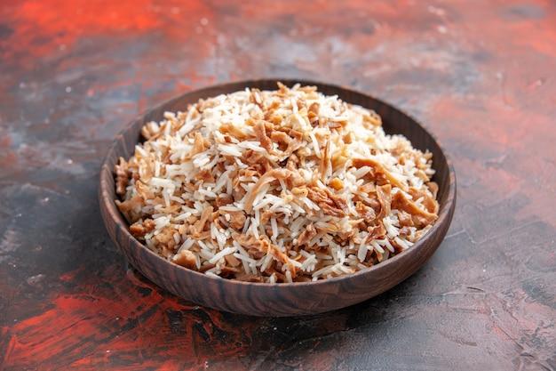 Vista frontal de arroz cozido com fatias de massa no chão escuro, prato de refeição, foto de comida escura