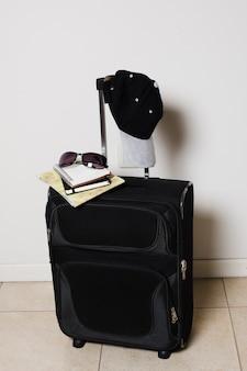 Vista frontal de bagagem de viagem