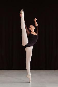 Vista frontal de bailarina profissional treinando sozinha