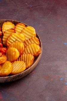 Vista frontal de batatas assadas com vegetais cozidos no espaço escuro