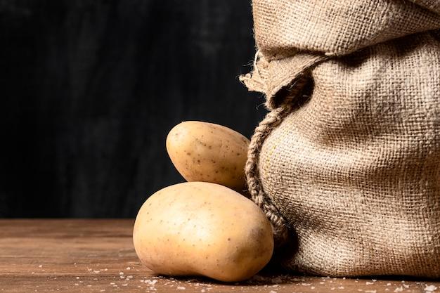 Vista frontal de batatas e saco de aniagem