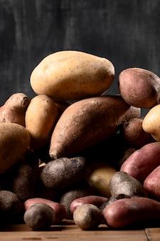 Vista frontal de batatas empilhadas