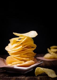 Vista frontal de batatas fritas com espaço de cópia
