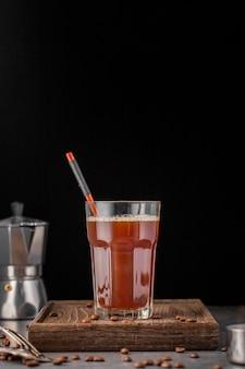 Vista frontal de bebida quente em vidro