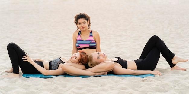 Vista frontal de belas garotas na praia