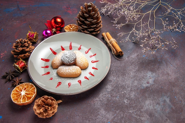 Vista frontal de biscoitos deliciosos, doces de açúcar em pó no espaço escuro