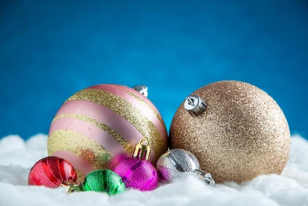 Vista frontal de bolas de árvore de natal de diferentes tamanhos