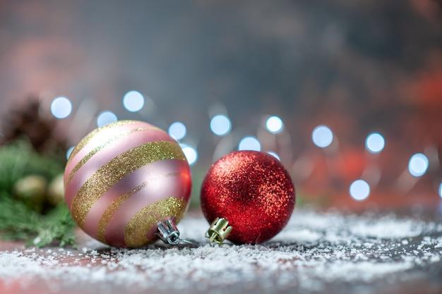 Vista frontal de bolas de árvore de natal em pó de coco em um espaço escuro