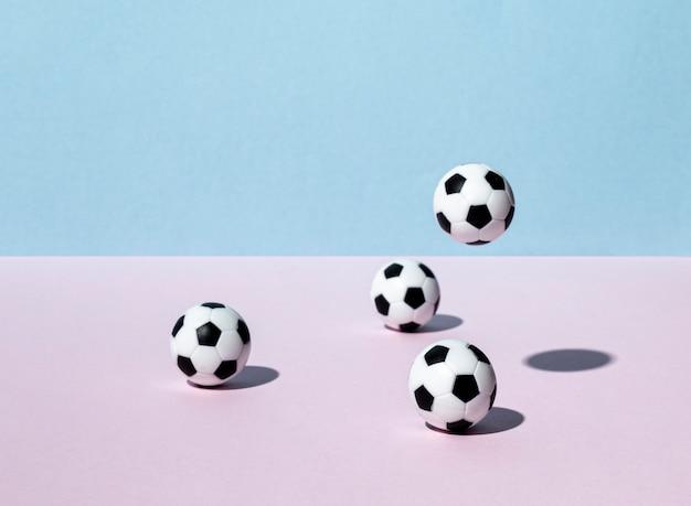 Vista frontal de bolas de futebol quicando