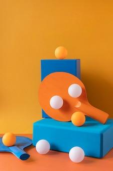 Vista frontal de bolas de pingue-pongue e remo em formas de pedestal