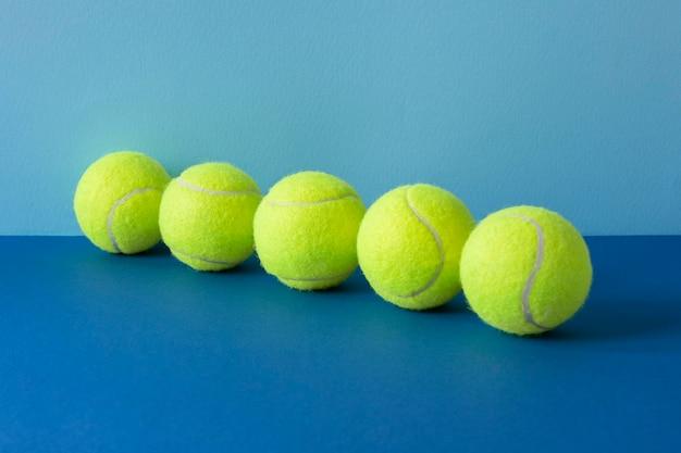 Vista frontal de bolas de tênis alinhadas