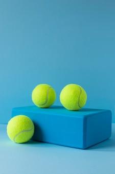 Vista frontal de bolas de tênis em forma com espaço de cópia