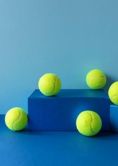 Vista frontal de bolas de tênis em forma