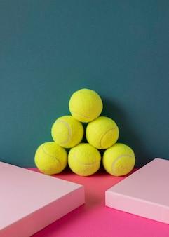 Vista frontal de bolas de tênis empilhadas
