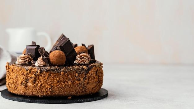 Vista frontal de bolo de chocolate doce com espaço de cópia