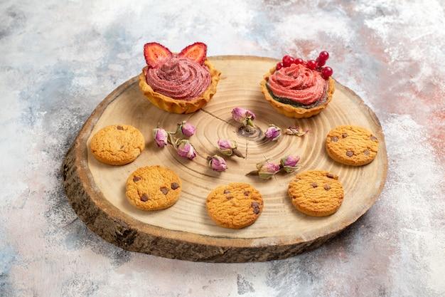 Vista frontal de bolos cremosos deliciosos com biscoitos