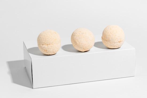 Vista frontal de bombas de banho laranja em caixa branca