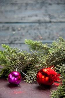 Vista frontal de brinquedos de natal com árvore na mesa escura planta de árvore feriado