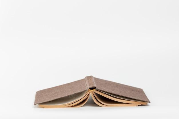 Vista frontal de cabeça para baixo o livro com fundo branco