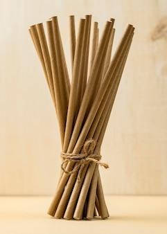 Vista frontal de canudos orgânicos de bambu amarrado