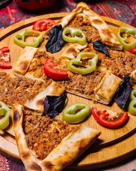 Vista frontal de carne com pimentão e tomate
