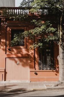 Vista frontal de casa residencial na cidade