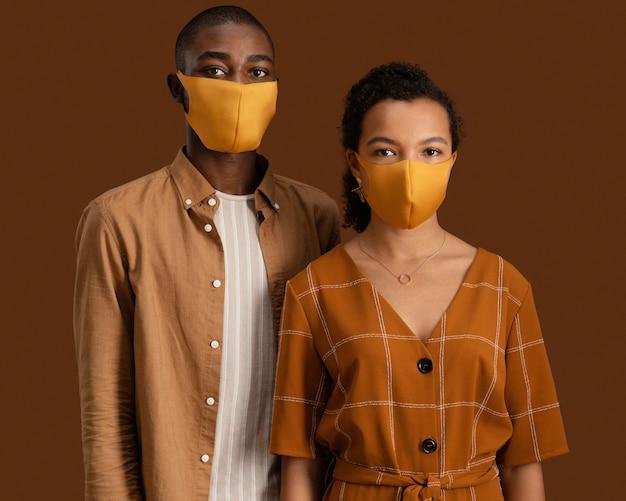 Vista frontal de casal com máscaras