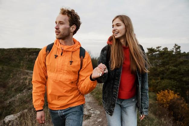 Vista frontal de casal curtindo uma viagem