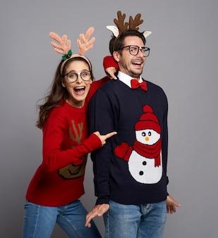 Vista frontal de casal nerd na época do natal
