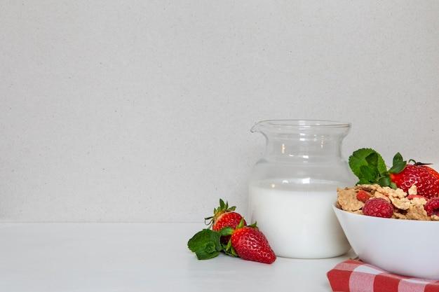 Vista frontal de cereais matinais com leite e espaço de cópia