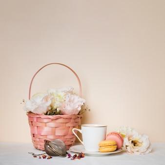 Vista frontal de chá e biscoitos