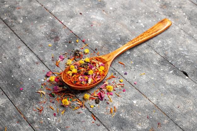 Vista frontal de chá frutado seco fresco com sabor de flor em espaço rústico cinza