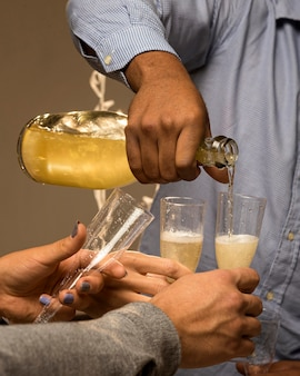 Vista frontal de champanhe em taça no ano novo