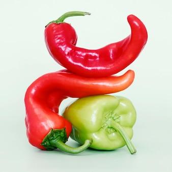 Vista frontal de chili e pimentão
