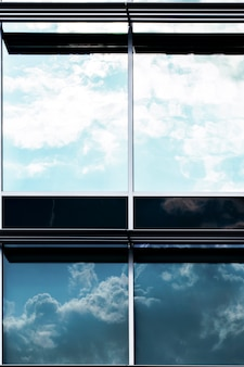 Vista frontal de construção com grandes janelas