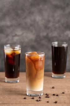 Vista frontal de copos de café gelado