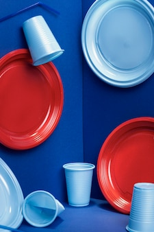 Vista frontal de copos e pratos de plástico