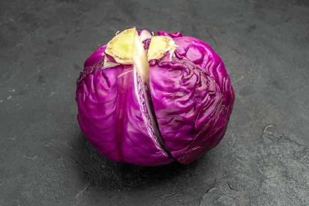 Vista frontal de couve roxa fresca meio cortada na mesa escura comida madura salada dieta saudável