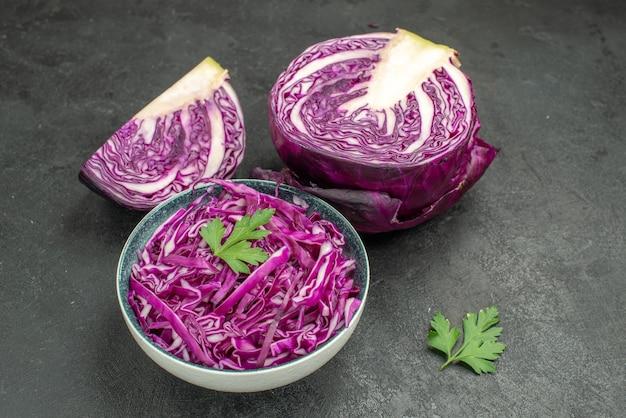 Vista frontal de couve roxa fresca na mesa escura dieta salada madura saúde roxa