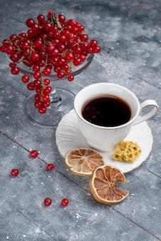Vista frontal de cranberries vermelhas frescas com xícara de café na mesa de luz frutas baga café fresco limão