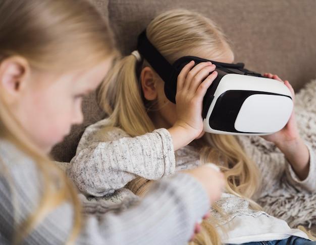 Vista frontal de crianças com óculos vr