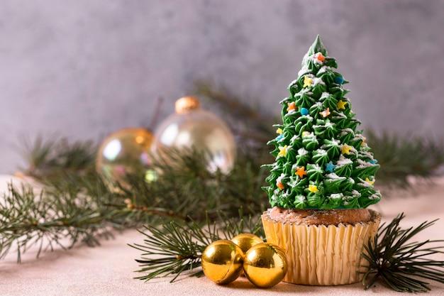 Vista frontal de cupcake com cobertura de árvore de natal