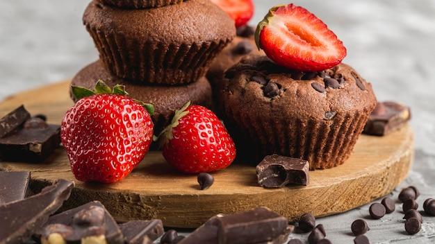 Vista frontal de cupcake saboroso com morangos