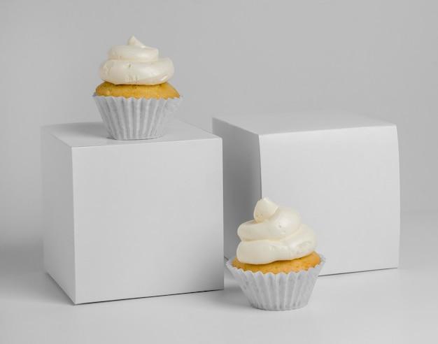 Vista frontal de cupcakes com caixas de embalagem